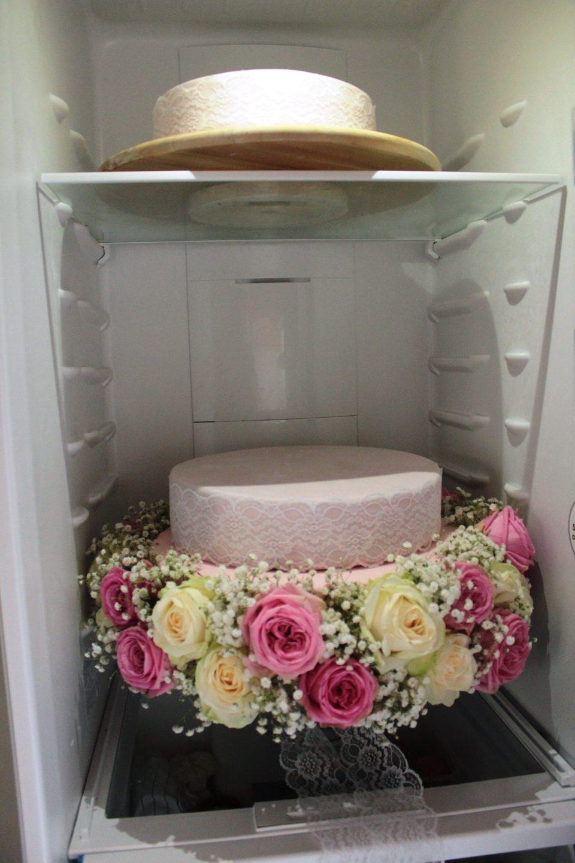 Hochzeit, Hochzeitstorte, Hochzeitstorte mit echten Blumen, Hochzeitstorte rosa, Hochzeitstorte spitze, Hochzeitstorte selber backen, Hochzeitstorte Vintage, Rosen aus Fondant, Blumen aus Fondant, Hochzeitstorte Rezept