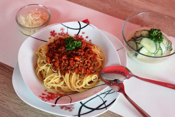 Spaghetti Bolognese Gurkensalat Parmesan