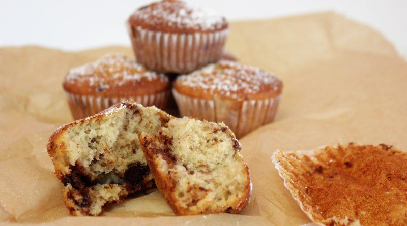 Bananenmuffins, Bananenmuffins mit Schokolade, überreife Bananen, Überrreife Bananen verwerten, überreife Bananen rezepte, braune Bananen sinnvoll verwerten, saftige schoko bananen muffins