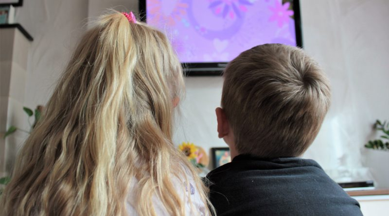 Fernsehn, Fernseher, Kinder Medienkonsum, Kinder schauen fern, wie lange dürfen Kinder fernsehen, wie lange dürfen kleinkinder fernsehen, Medienkonsum, Kinder