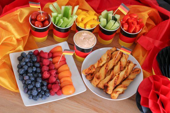 5 Tipps für die Fussball WM 2018 mit Kindern - OTTO WM Zeitreise, Snacks, Pizzastangen, Obstteller, Deutschland, Gemüsesticks, Tomaten Knoblauch Dip