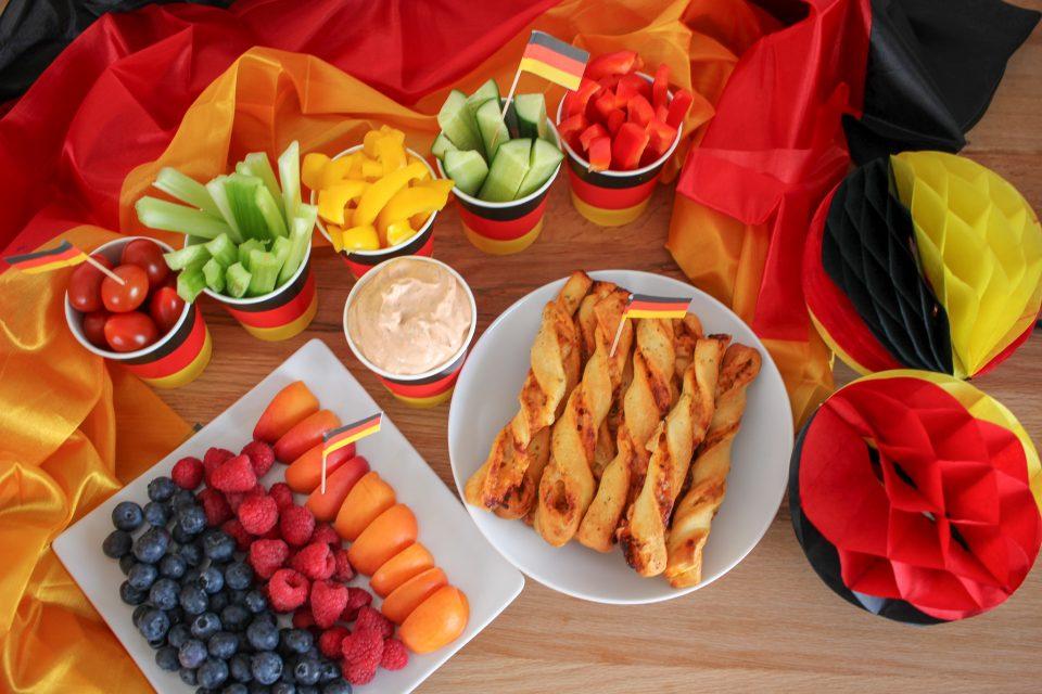 Fussball WM 2018 mit Kindern, Snacks, Pizzastangen, Obstteller, Deutschland, Gemüsesticks, Tomaten Knoblauch Dip