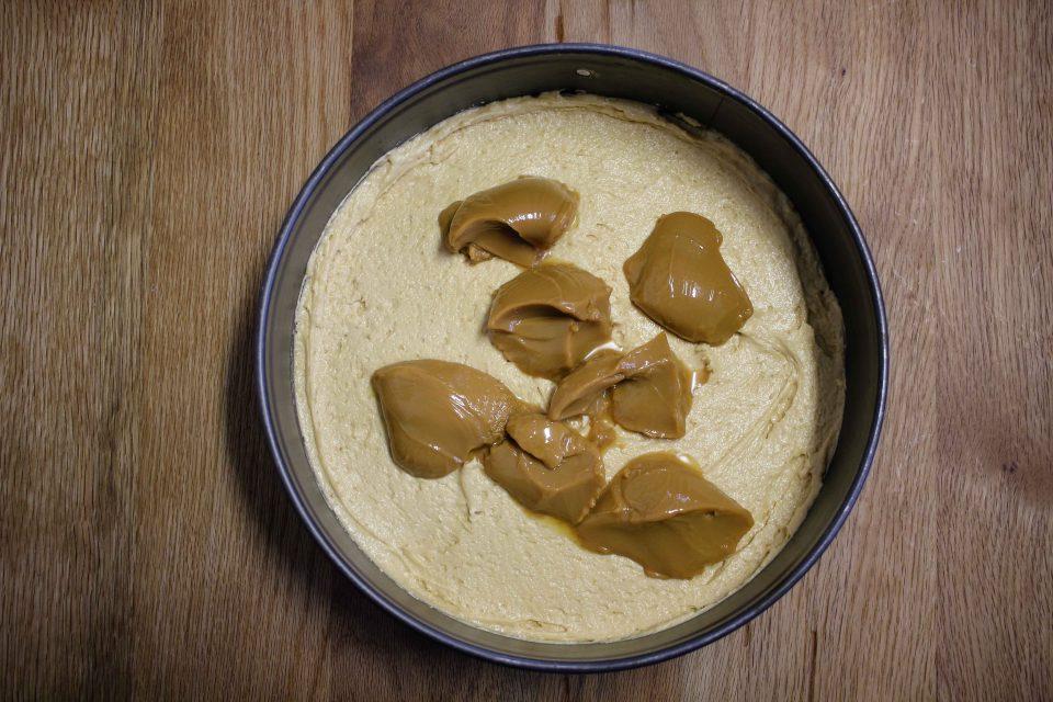 Apfel Rhabarber Karamell Kuchen, Backen, Rhabarberkuchen, einfacher Kuchen, rafiniertes Kuchenrezept, Rezept, Rezepte mit Rhabarber, Was mit Rhabarber machen